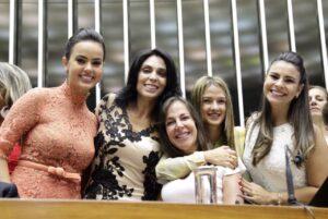 Da esquerda para direita: Shéridan, Geovânia, Mara, Bruna e Mariana no dia da posse como deputadas federais, em fevereiro.