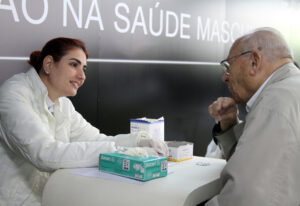 """Em comemoração ao Dia do Homem, celebrado em 15 de julho, usuários fazem gratuitamente na Estação Sé, exame de glicemia, IMC (índice de massa corporal), e verificam a pressão arterial e recebem orientação sobre cuidados com a saúde e prevenção de doenças. A ação, chamada de """"Mutirão da Saúde do Homem"""", é promovida pela Sociedade Brasileira de Urologia, em parceria com  a Bayer. Local: São Paulo/SP Foto: PAMELLA FERRARI / A2 FOTOGRAFIA 13/07/2012"""