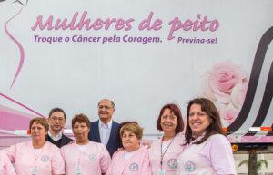Governador Geraldo Alckmin e as profissionais da saúde que percorrem o estado levando exames preventivos e encaminhando tratamentos, quando necessário