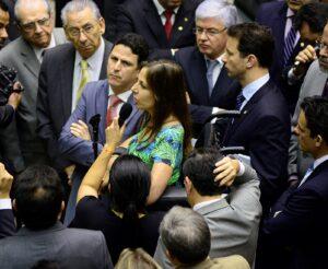 Cercada por deputados do PSDB, parlamentar atraiu a atenção de todo o Plenário com sua fala Foto: Gustavo Lima/Agência Câmara