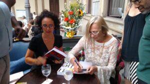 As autoras Antonia Ceva e Schuma Schumaher autografam exemplares do livro Mulheres no Poder em lançamento no Rio de Janeiro (Fotos: Acervo pessoal)
