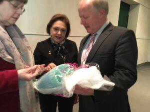 Solange Jurema entrega presente ao Sr. Peter WeiB, deputado do Parlamento Alemão