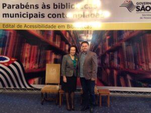 Prefeita Bel e Diretor de Cultura, Nilceu Bernardo, durante premiação do concurso Bibliotecas Acessíveis