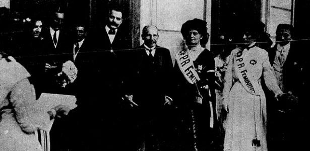 Biblioteca Nacional Ao centro, o então presidente da República, marechal Hermes da Fonseca, com integrantes do Partido Republicano Feminino no Palácio do Catete, no Rio de Janeiro