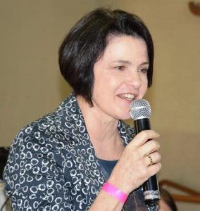 Nancy Thame de microfone