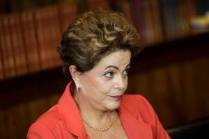 Brasília - A presidenta Dilma Rousseff durante reunião com o ministro de Assuntos Exteriores e do Desenvolvimento Internacional da França, Laurent Fabius, no Palácio da Alvorada (Marcelo Camargo/Agência Brasil)